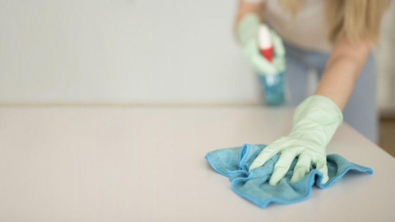 Los CDC aseguran que el riesgo de contagio de Covid-19 por tocar objetos es mínimo