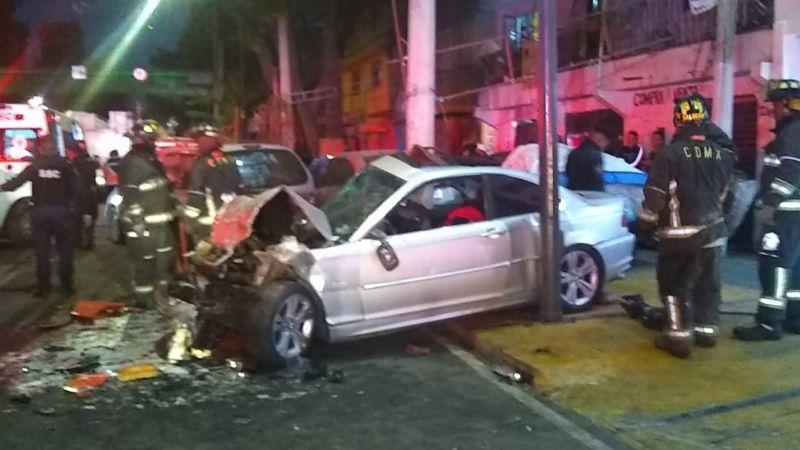 Conductor de BMW se impacta contra autos estacionados en CDMX; deja 2 muertos y 2 heridos