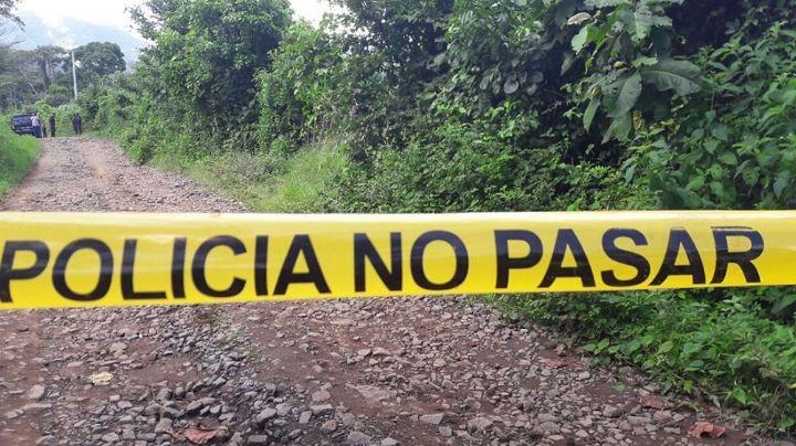 En una bolsa negra, encuentran restos humanos junto a camino de terracería