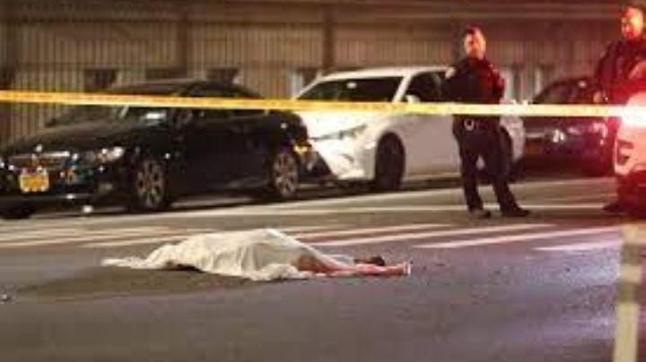 Automovilista atropella y arrastra a un hombre que se acostó a mitad de la calle