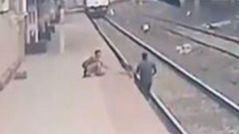 VIDEO: Héroe arriesga su vida para salvar la vida de un niño que cayó a las vías del tren