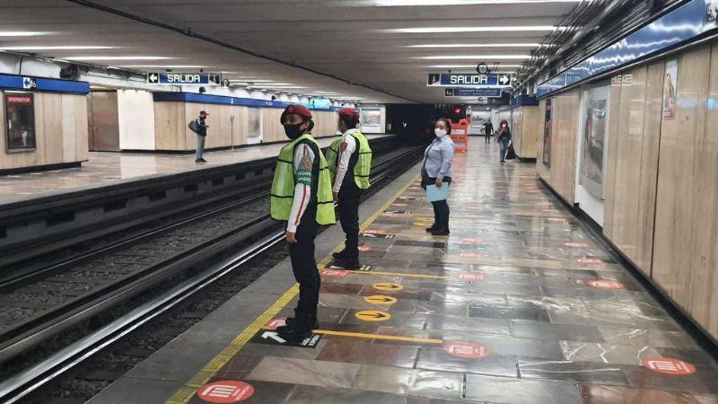 ¡No se salva! Policía de la CDMX sufre asalto afuera de las instalaciones del Metro