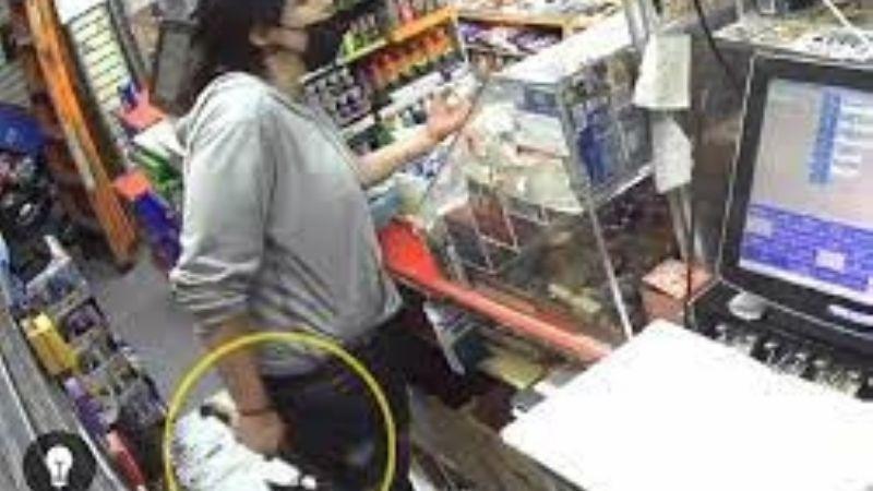 Ataca a su amiga con un hacha, escapa por una ventana y se esconde en una tienda