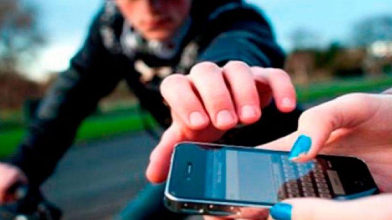 VIDEO: Motociclistas arrebatan celular a un transeúnte en las calles de la CDMX
