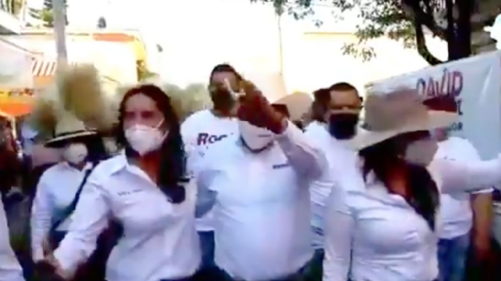 Candidato de Morena vuelve a 'manosear' a Rocío Moreno; sucedió en una transmisión en vivo