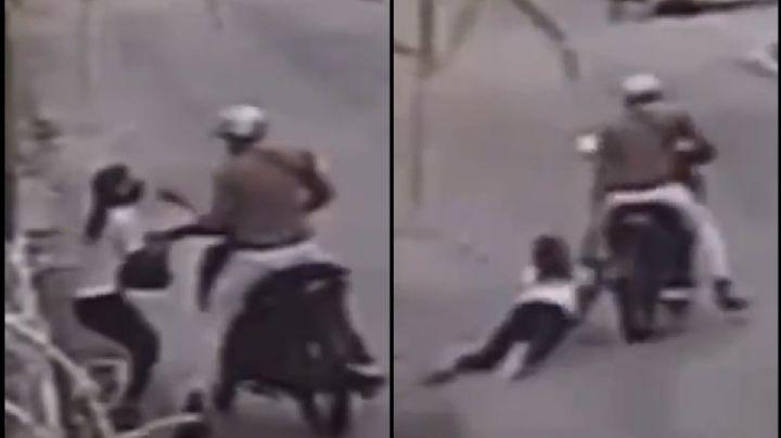 VIDEO: Mujer es arrastrada por una moto en medio de un asalto en Campeche