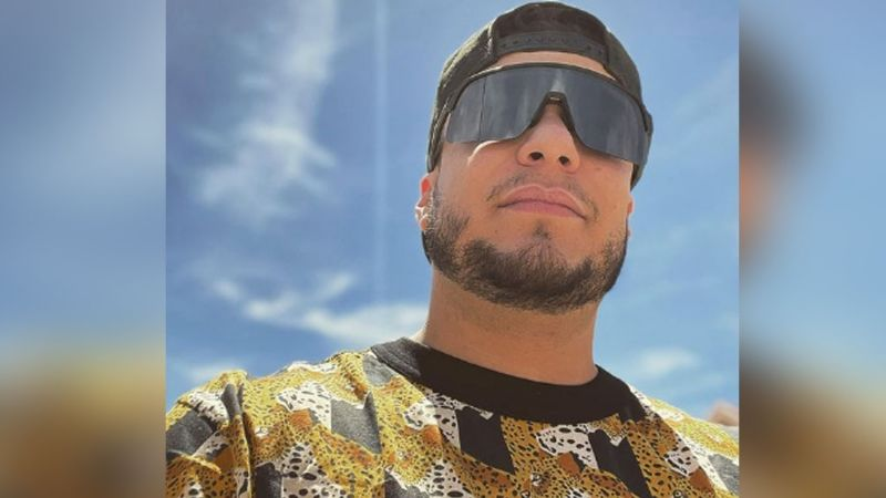POLÉMICO VIDEO: Esto hace Lorenzo Méndez al aire libre y sin importarle nada