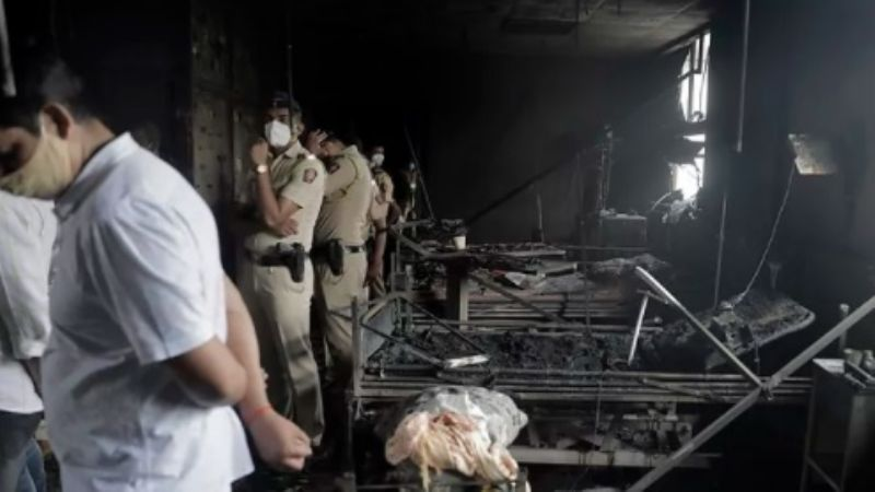 Mueren 13 pacientes Covid-19 en trágico incendio de un hospital en la India