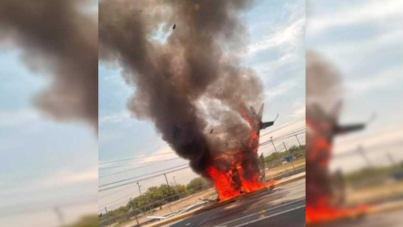 VIDEO: Helicóptero arde en llamas luego de caer en carretera Monterrey-Laredo