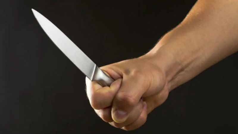 Brutal ataque: Policía es apuñalado por un traficante de drogas; lucha por su vida