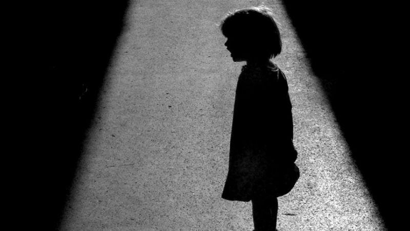 Profesor acusado de abusar de más de 36 niños compartía fotos y videos en foros de pedofilia
