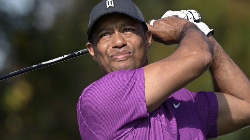 FOTO: ¡Insólito! Tiger Woods reaparece en muletas tras el accidente que sufrió en febrero