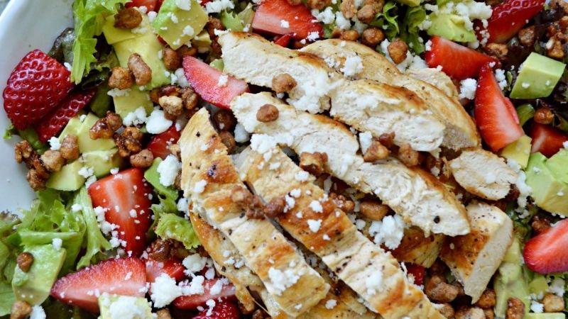 ¿Cena saludable? Esta receta de ensalada de espinaca con pollo te salvará la vida