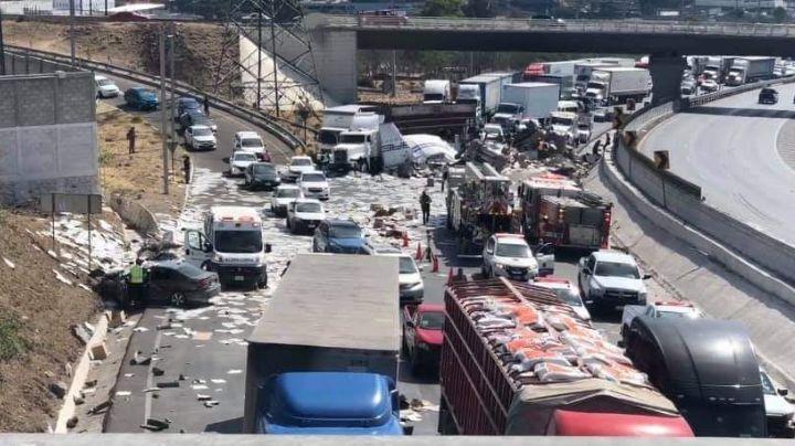Trailer se vuelca y aplasta a un auto en Querétaro; hay un muerto y tres heridos