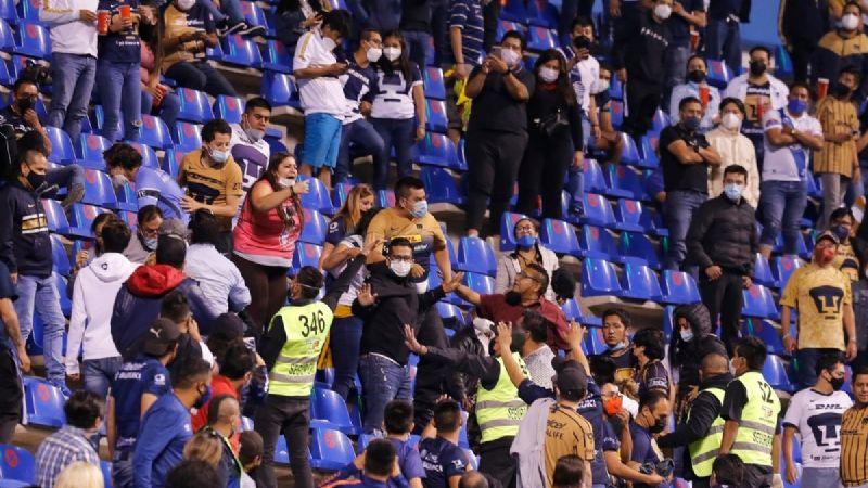 ¡Indignante! Aficionado de Pumas es captado al patear a mujer durante el partido contra Puebla