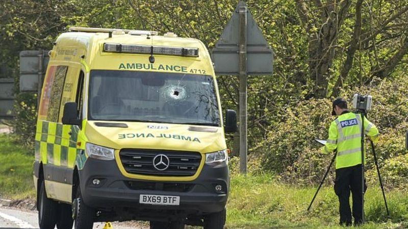 """""""Objeto volador"""" impacta contra el parabrisas de una ambulancia y mata a un paramédico"""