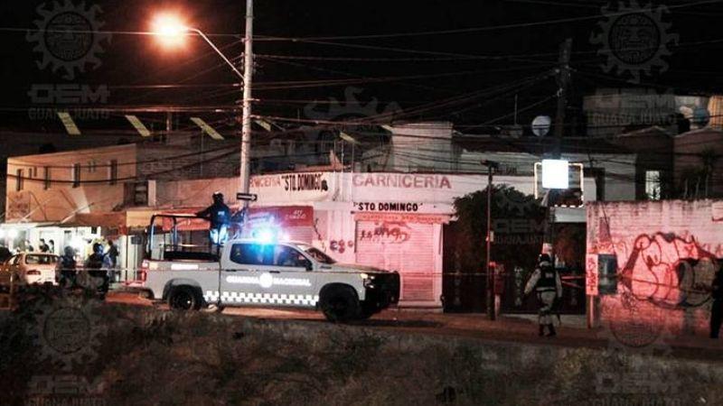 Tiran a 'encobijado' en las calles de Guanajuato; le disparan 5 veces y lo abandonan