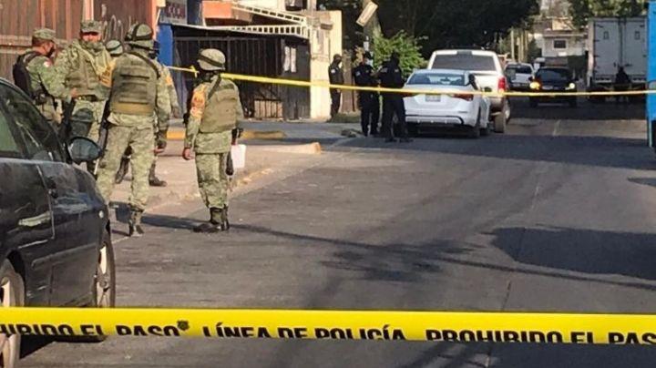 Jalisco: Hallan cadáver 'encobijado' y maniatado frente a parroquia; dejan 'narcomensaje'