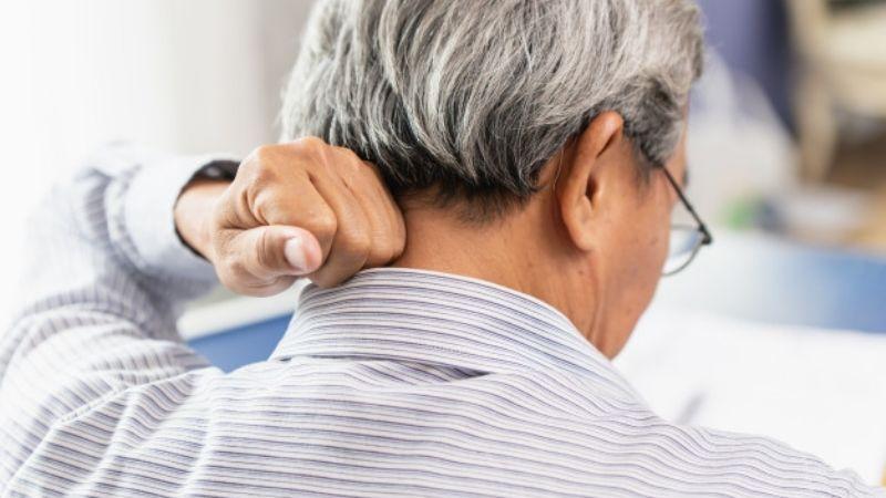 (VIDEO) Stop Asian Hate: Sorprenden por la espalda a un anciano y lo patean en la cabeza
