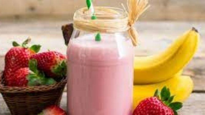 Agrega esta agua de plátano con fresa a tu jarra del buen beber y refréscate