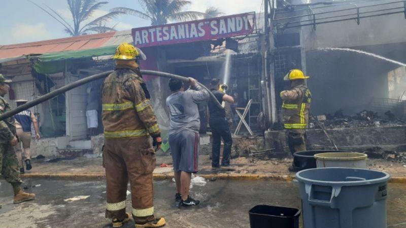 VIDEO: Incendio en Isla Mujeres consume 10 locales comerciales; humo se aprecia hasta Cancún