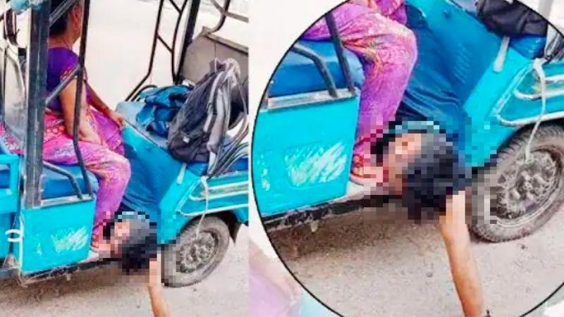 India: Madre traslada el cadáver de su hijo fallecido por Covid-19 en un mototaxi