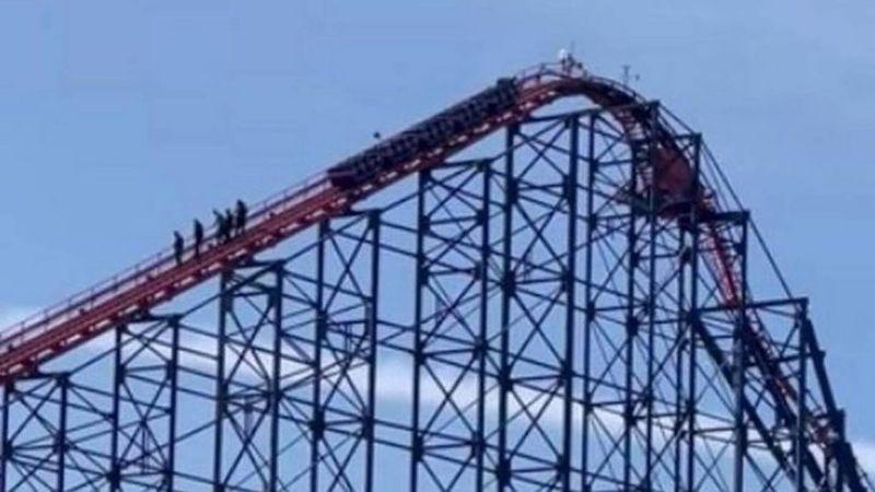 (VIDEO) ¡De terror! Pasajeros se quedan en la cima de una montaña rusa y bajan a pie