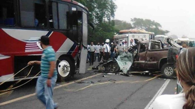 Autobús de pasajeros embiste camioneta en Veracruz; mueren dos personas