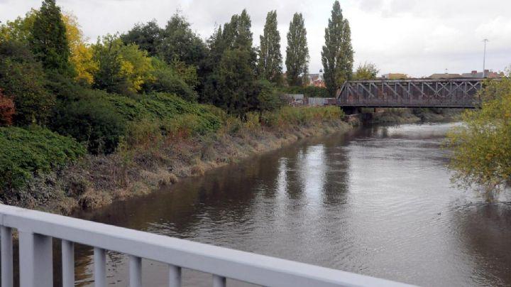 Indignante: Adolescente empuja a un 'abuelito' a un río y se burla de él mientras se aleja