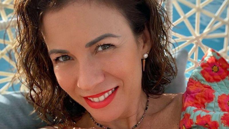 ¡Señorona! Ingrid Coronado practica yoga en la playa con despampanante bañador ocre