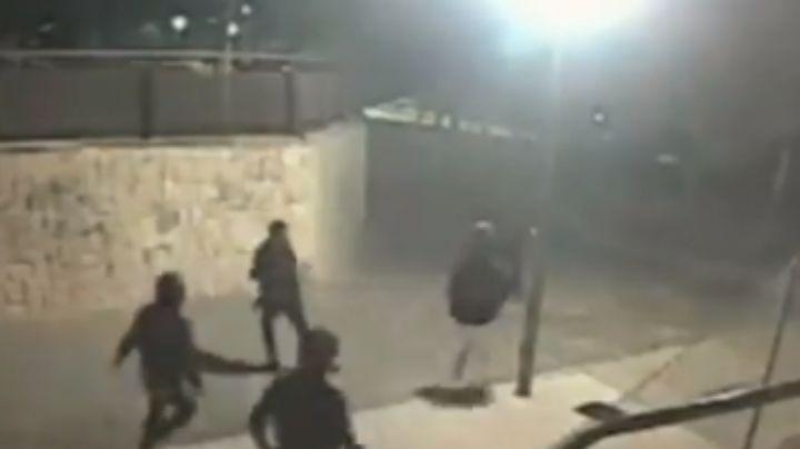 VIDEO: Golpean y patean a hombre; 15 personas homófobas lo atacaron en un parque