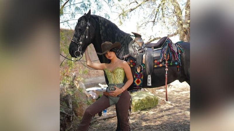 Ángela Aguilar roba corazones en Instagram desde Zacatecas con entallado 'outfit'