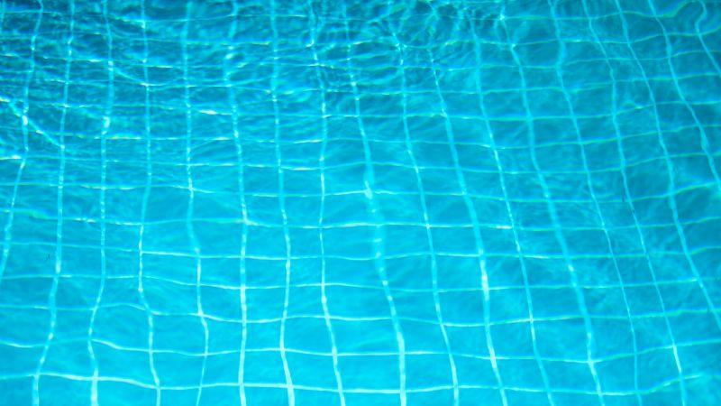 Desgarrador: Niña cae a alberca y muere; su papá la encontró flotando en el agua
