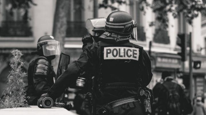 (VIDEO) Desgarrador: Policía asesina de 10 tiros a hombre delante de su esposa e hijo en EU