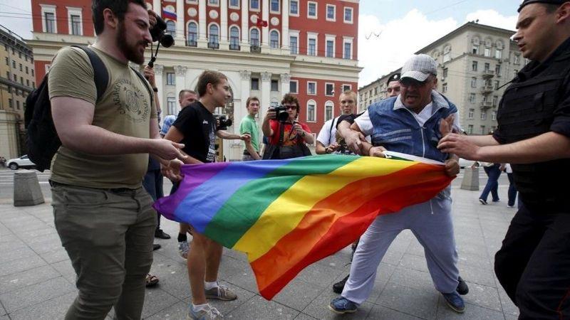 Hombre es rociado con gasolina e incendiado en Letonia; acusan ataque homofóbico