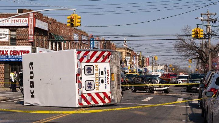 Fuerte VIDEO: Automóvil embiste a una ambulancia en NY; hay un muerto y ocho heridos