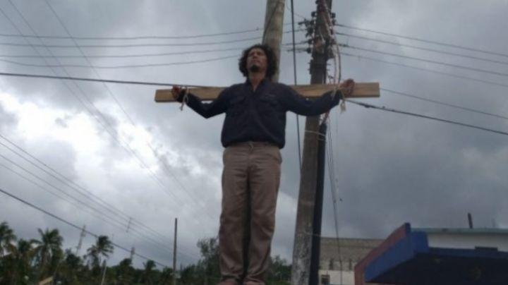 ¡Impresionante! Empleado de Pemex se 'crucifica' por llevar un año sin trabajo