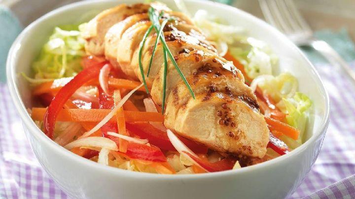 Cena delicioso y ligero con esta fácil ensalada de pollo al limón sin grasa