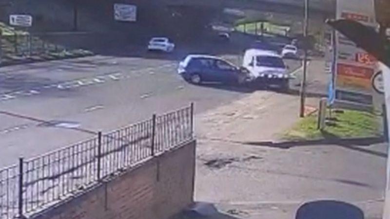 VIDEO: Momento exacto en que una ambulancia choca con un auto conducido por un 'abuelito'