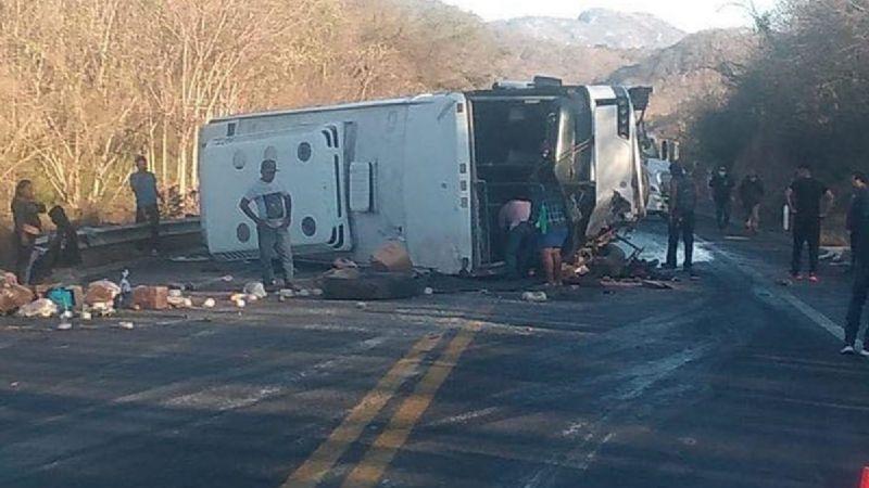 ¡Terrible accidente! Camión se vuelca en Nayarit; hay 4 muertos y 13 lesionados