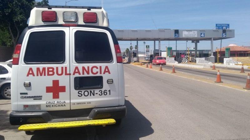 Pareja de jóvenes choca contra automóvil y provoca aparatosa volcadura en carretera de Sonora