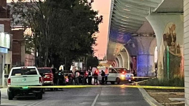 Sicarios bajan de taxi y acribillan a policías cerca de hospital en Jalisco; una oficial murió
