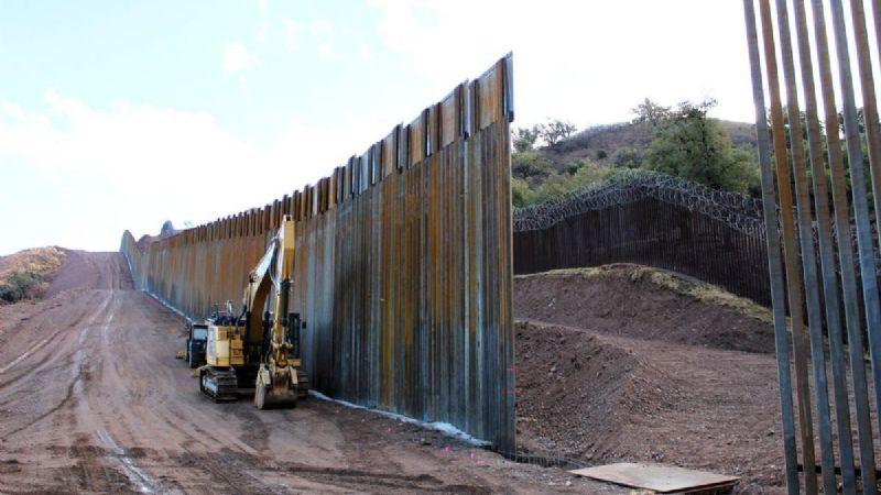 """¿Continúa la construcción del muro de Trump? Biden considera hacerlo para """"tapar huecos"""""""