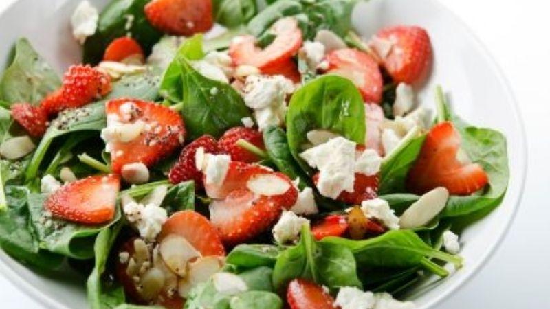 ¡Saludable y nutritivo! Esta ensalada de fresas es perfecta para cubrir tu apetito