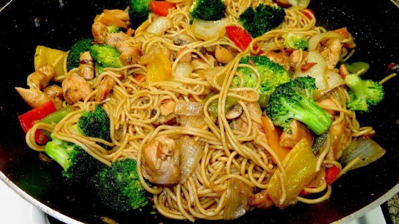 ¿Ganas de comida china? Estos tallarines con pollo se convertirán en tu platillo preferido