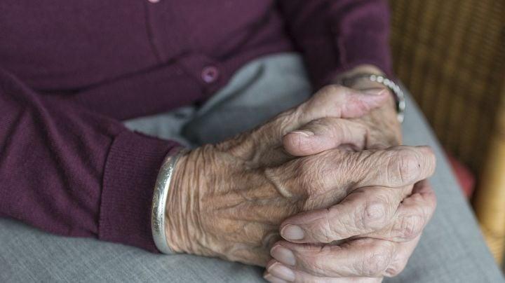 """""""Allá está la luz"""": 'Abuelita' con esquizofrenia intenta lanzar a su nieta a canal de riego"""