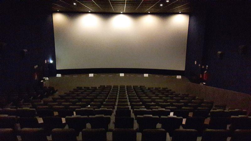 Terrible: Mujer ve morir aplastado por asiento de cine a su esposo; trató de agarar sus celular