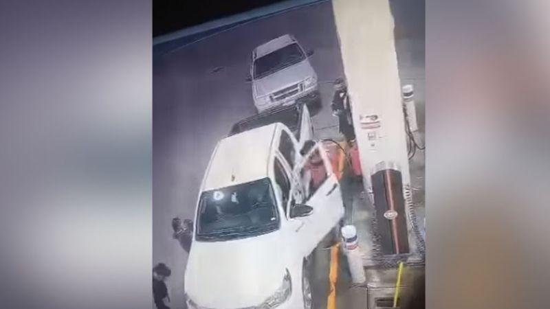 VIDEO: A mano armada, maleantes despojan de su camioneta a una pareja de ancianos