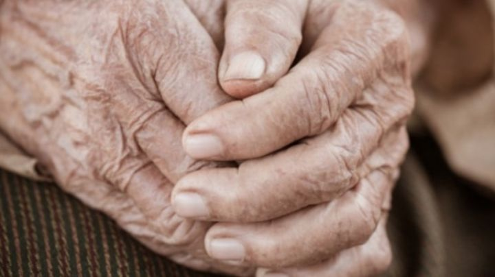 Despiadado ladrón le pide agua a anciana y la ataca; la encuentran amarrada después de dos días
