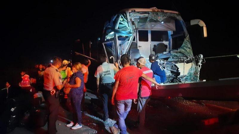 ¡Terrible accidente! Autobús con migrantes choca en carretera de Veracruz; hay 17 heridos